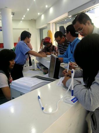 Khách hàng đăng ký thông tin thuê bao trả trước tạitrung tâm giao dịch  MobiFone 80 nguyễn du quận 1, ngày 28-12 - Ảnh: ĐứcThiện